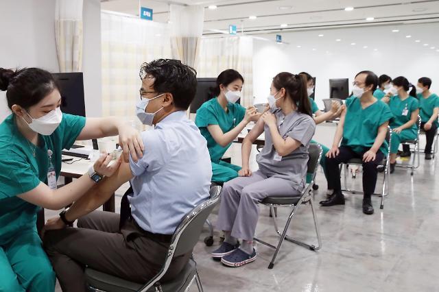 서울아산병원도 소속직원에 코로나19 백신 접종 시작…2주간 총 7700여명
