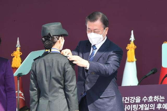 [포토] 계급장 수여하는 문재인 대통령