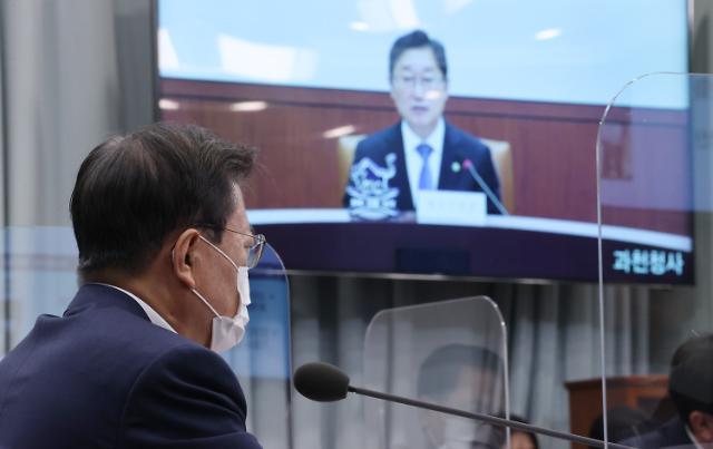 윤석열 대선주자 1위 찍은 날 檢 비판한 文