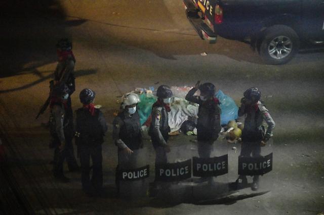 [포토] 쿠데타 규탄 시위대 색출작업 벌이는 미얀마 경찰