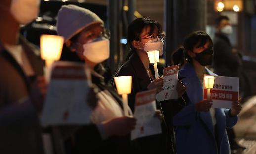 青年示威抗议公企员工投机炒地