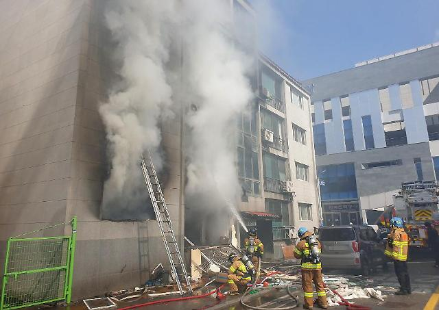 [슬라이드 뉴스] 횡성 빌라 화재...펑 가스폭발 후 건물에 불 번져