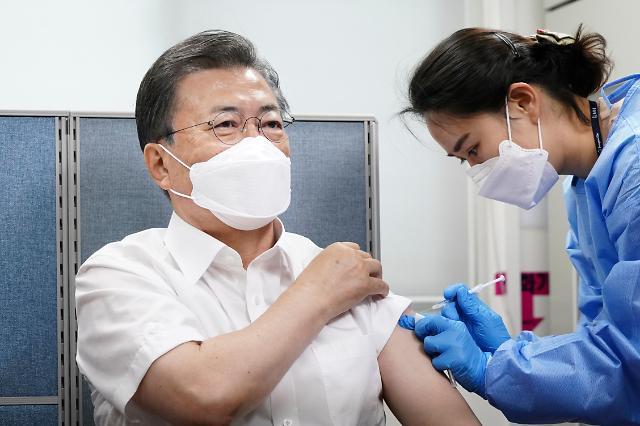 [포토] 문재인 대통령, 코로나 백신 접종