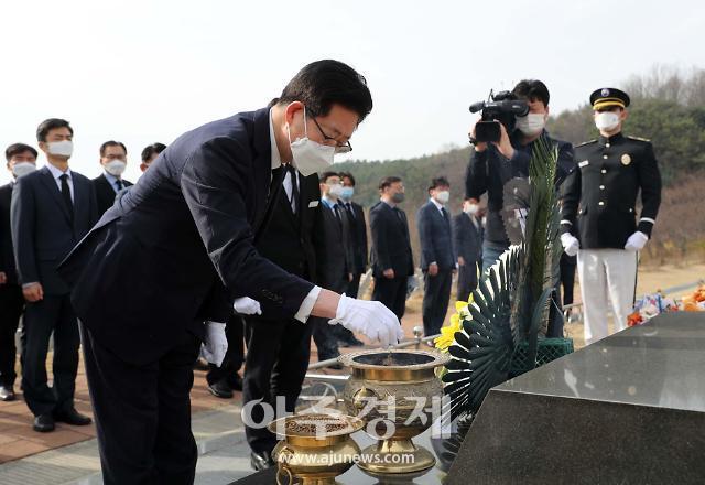 [사진] 양승조 충남도지사, 연평해전·천안함 용사 묘역 참배