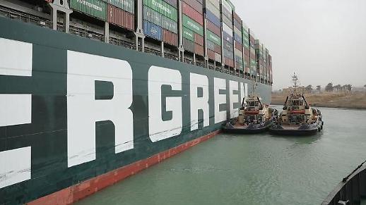 Tàu container khổng lồ Ever Given mắc kẹt ở kênh đào Suez ảnh hưởng như thế nào với Việt Nam?