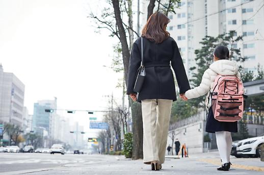 工作带娃难兼顾 疫情下六成韩国职场人曾考虑离职