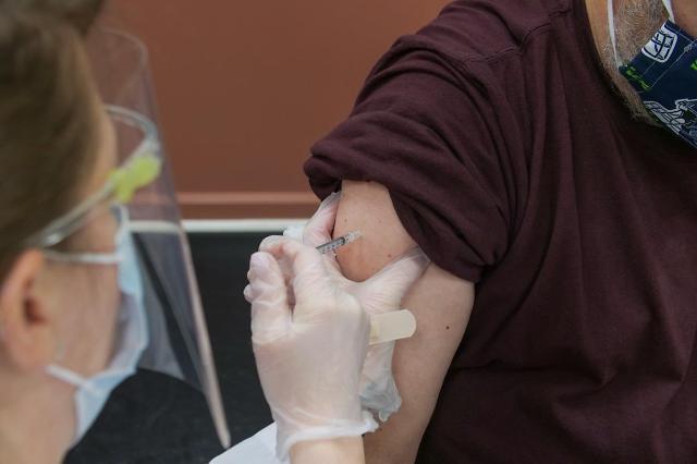 [NNA] 中, 백신 접종 1억회 돌파... 하루 600만명, 외국인 접종도 개시