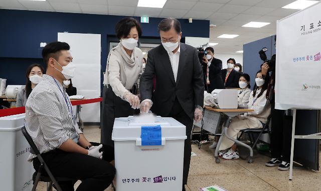 文在寅夫妇进行首尔市长选举投票