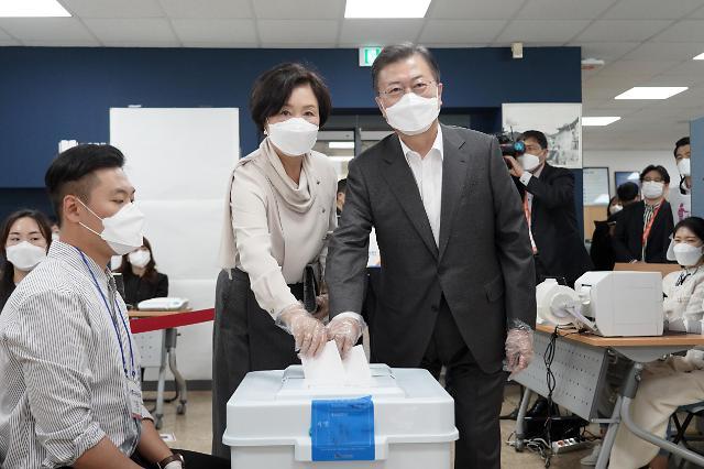 [포토] 사전투표하는 문재인 대통령 내외