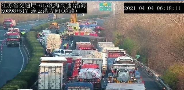 [중국포토]中고속도로서 화물차 중앙분리대 넘어 버스 꽝