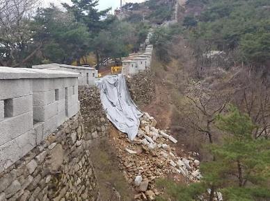 이틀 쏟아진 봄비에 '한양도성' 일부 붕괴…산길 통제