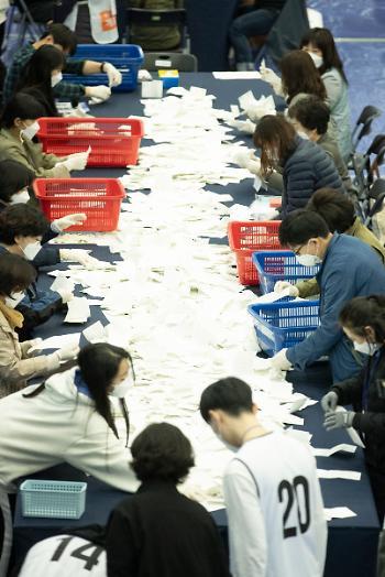 정권심판이 띄운 투표율 55.5%…강남 3구는 60% 이상 분노의 투표