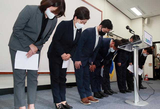 [포토] 재보궐 참패에 총사퇴하는 민주당 지도부