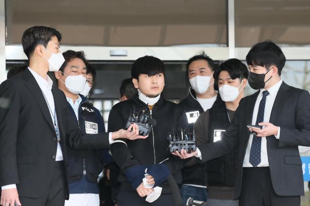 """노원 세 모녀 살인 김태현, 얼굴 공개···""""눈 뜨고 숨쉬는 것도 죄책감 들어"""""""
