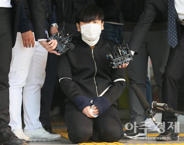 [현장+] 살아있어 뻔뻔… 갑자기 무릎 꿇은 김태현 표정은 담담