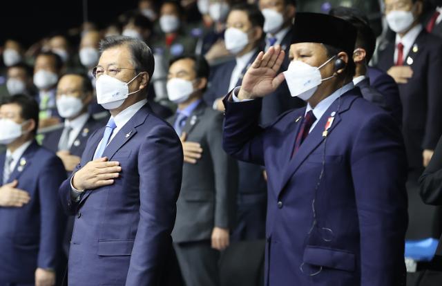 문재인 대통령, 재보선 패배 후 방역·민생 행보 재개