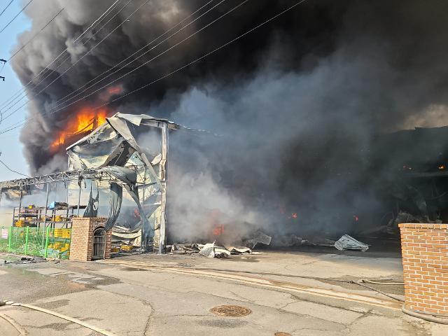 [슬라이드 포토] 남양주 비닐 제조 공장서 화재…하늘 뒤덮은 시커먼 연기