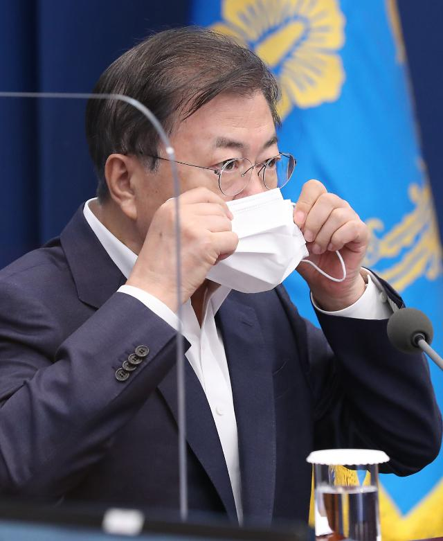 [리얼미터] 문 대통령 지지율 33.4% 역대 최저…재보선 '참패' 영향