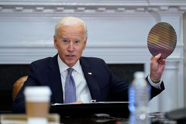 [포토] 반도체 회의에서 실리콘 웨이퍼 꺼내든 바이든 미 대통령