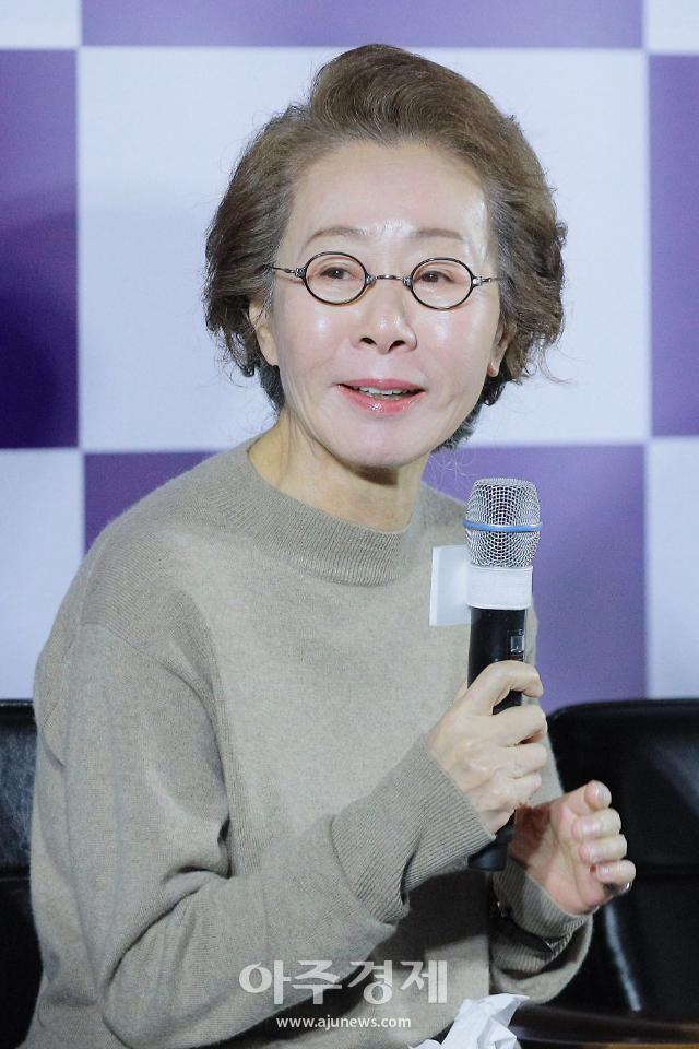 """""""조용히 출국""""…윤여정, 오스카 참석 위해 13일 미국행 비행기 탑승"""