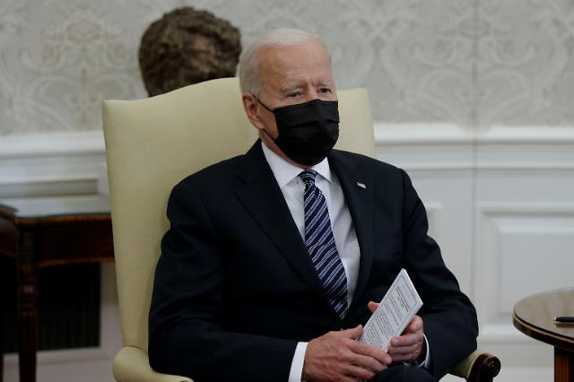 """미 바이든 """"AZ·얀센 백신 없어도 충분...화이자·모더나 6억회분 보유"""""""