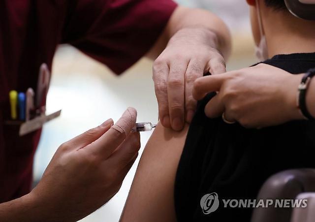 돌봄 종사자·항공 승무원 등 AZ백신 접종 시작···30세 미만 제외