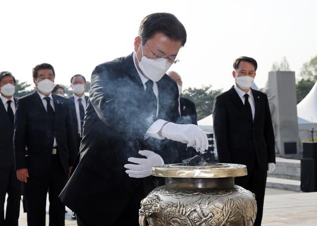 """文, 4·19 혁명 61주년 맞아 """"더 성숙한 민주주의 향해 나가야"""""""