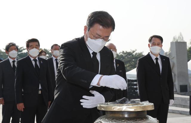 [포토] 국립 4.19 민주묘지 참배하는 문재인 대통령