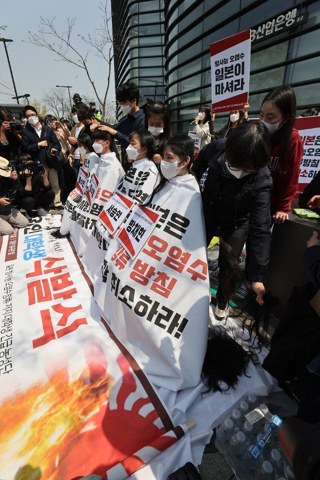 韩国大学生削发抗议日本核污水入海