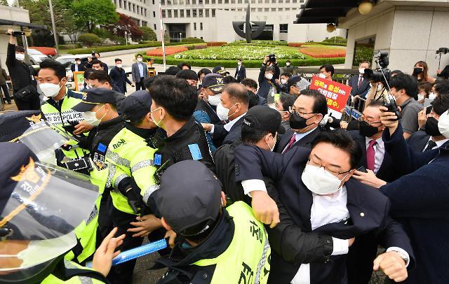 [포토] 김명수 대법원장에 항의하는 국민의힘과 시민단체