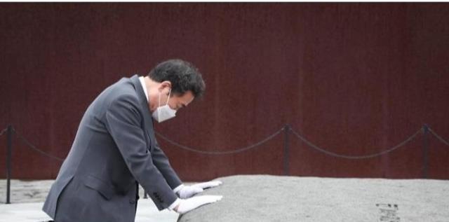 이낙연, 봉화마을 찾아 노무현 전 대통령 묘역 참배
