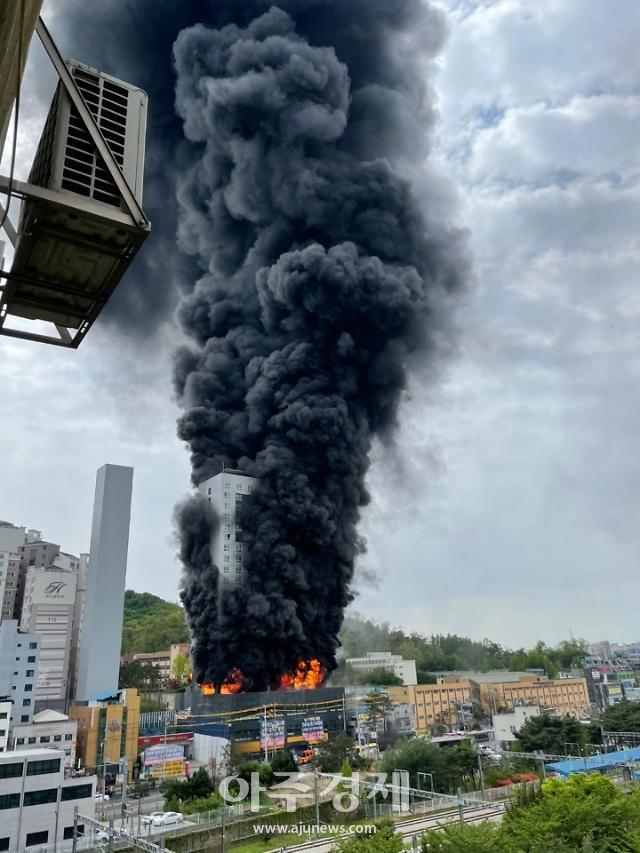 경기 남양주 지금동 오피스텔 공사장서 불…3명 옥상 고립