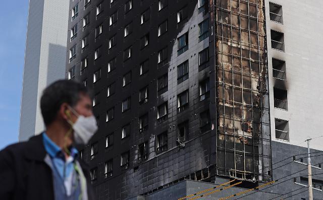 [슬라이드 뉴스] 검게 그을린 외벽···다산동 오피스텔 화재 현장