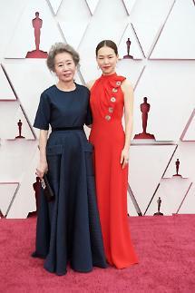 演员韩艺璃奥斯卡红毯礼服因酷似旗袍引韩网友不满