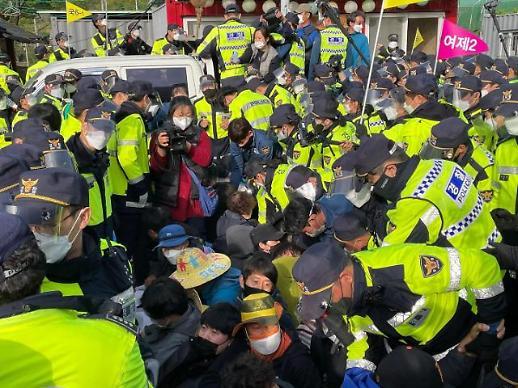 警方强制解散萨德基地示威人群 爆发激烈冲突