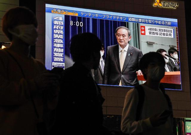 지난 23일 제3차 코로나19 긴급사태를 선포하는 스가 요시히데 일본 총리. [사진=EPA·연합뉴스]