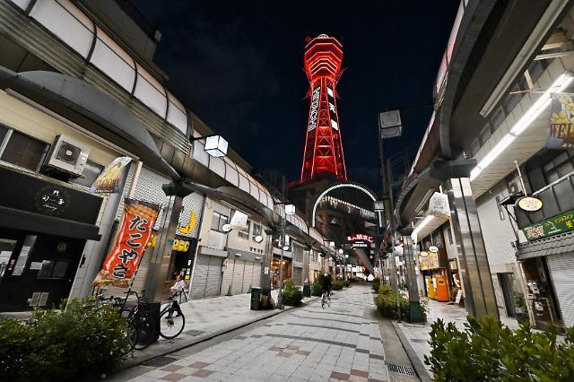 지난 25일 일본 오사카부 츠텐카쿠 타워에 코로나19 긴급사태 상태임을 알리는 붉은색 경보가 켜졌다. [사진=UPI·연합뉴스]
