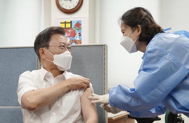 [포토] 코로나 백신 2차 접종하는 문재인 대통령