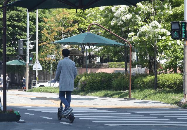 不戴头盔骑电动滑板车要被罚款!新规虽好执行难