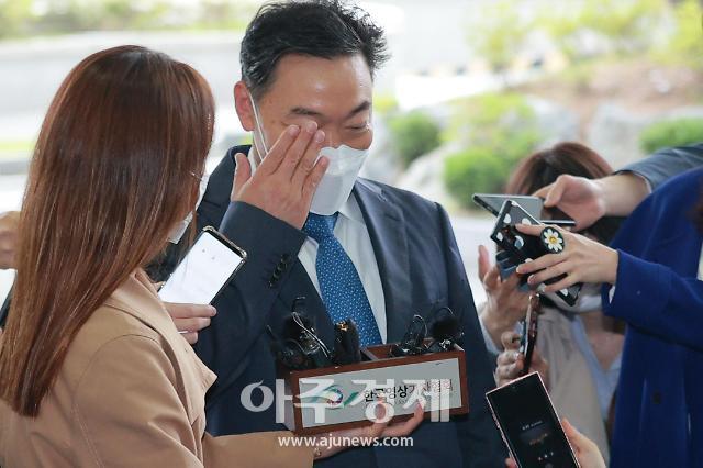 [포토] 인사하다가 눈찔린 김오수 검찰총장 후보자