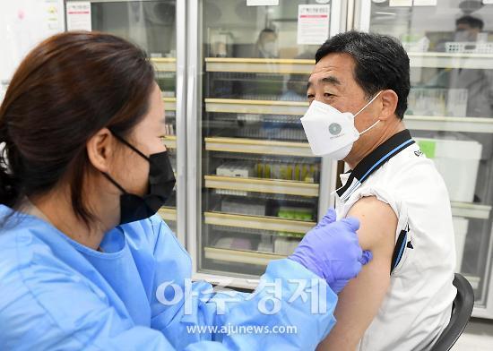 윤화섭 안산시장 AZ백신 접종···모범어린이 등 유공자 표창도 수여