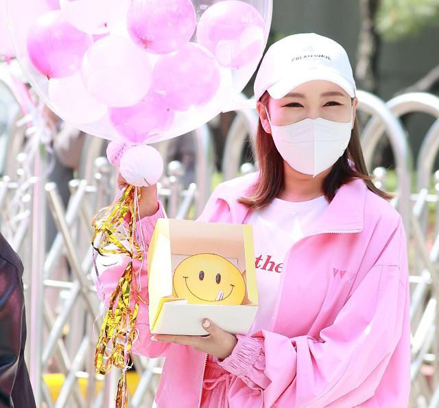 [화보] 송가인, 오늘은 핑크여신 (트롯 매직유랑단 출근길)