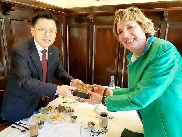 """방미 황교안, 북한인권운동가 만나 """"文, 만나 보시라"""""""