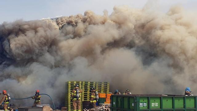 [포토] 검은 연기에 휩싸인 강릉 화재 현장