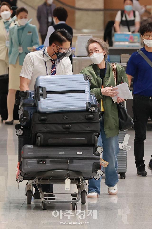 [포토] 윤여정, 오스카 트로피와 함께 귀국