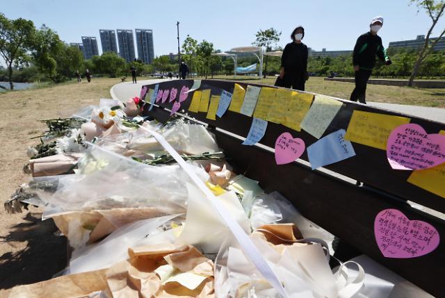 [슬라이드 뉴스] 한강공원에 마련된 故 손정민 추모 공간, 시민들 발길 이어져
