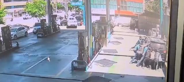 차량에 깔린 주유소 여직원, 시민들이 구해냈다