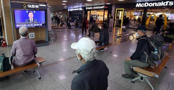 [포토] 특별연설 시청하는 시민들