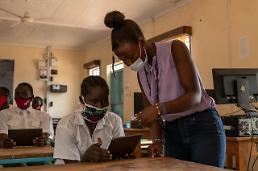 ケニア難民村の青少年も「ギャラクシータブ」で勉強…サムスン電子、1000台寄付