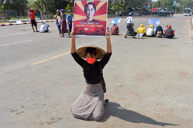 미얀마 쿠데타 100일...내전 격화 속 수치 고문 모습 드러낼까?